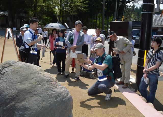 白山平泉寺を巡るツアーを楽しむ参加者=29日、勝山市平泉寺町平泉寺