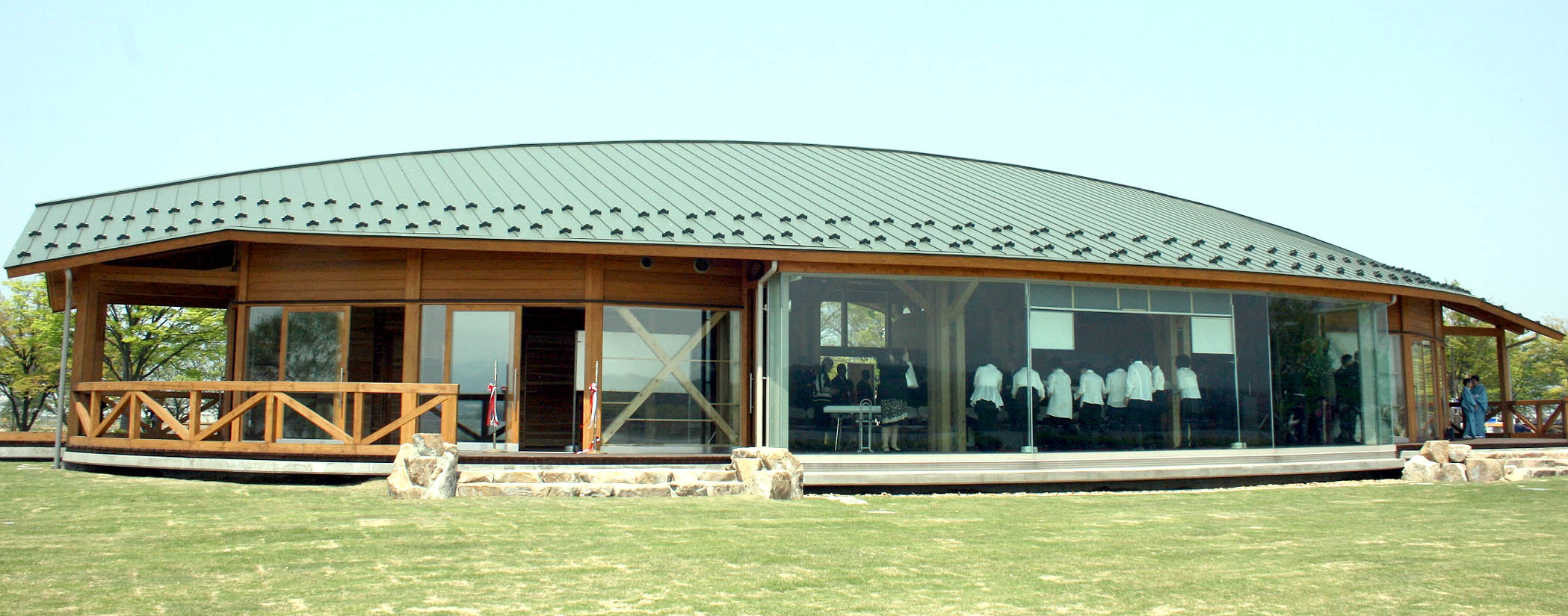 完成した展望休憩所=小松市の木場潟公園西園地