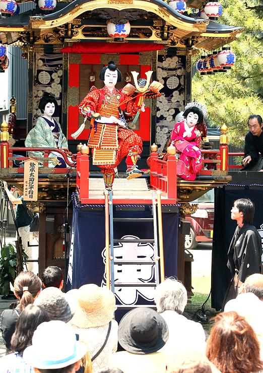 曳山の舞台で情感あふれる演技を披露する児童=砺波市の出町神明宮