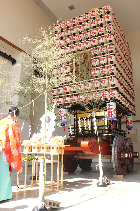 伏木曳山祭実行委員会が復元を進め、29日に完成した十七軒町の山車