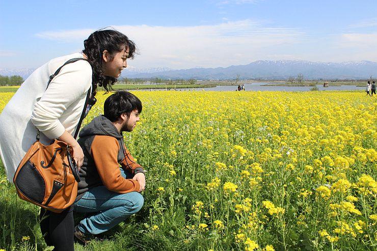 福島潟を訪れたパブロ・カンポスさん(右)とパウリーナ・ディアスさん=新潟市北区