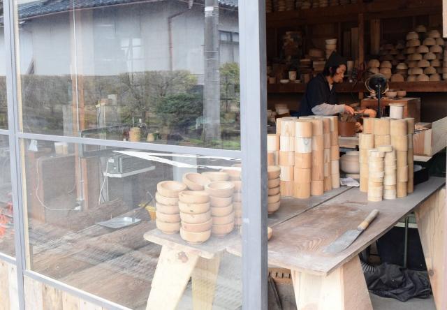 正面がガラス戸になって中が見えるようになった工房=福井県鯖江市西袋町