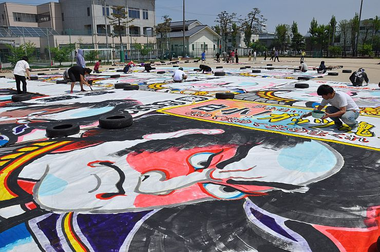大凧作りに励む大凧組のメンバーたち=29日、新潟市南区
