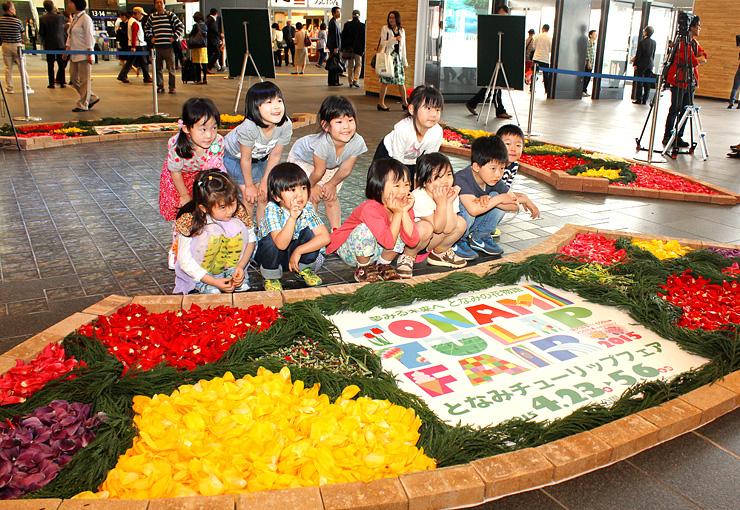 花びらを敷く作業を終え、記念撮影する子どもたち
