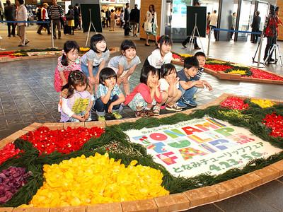 ガラスとチューリップ鮮やか 富山駅自由通路、花びらでカーペット