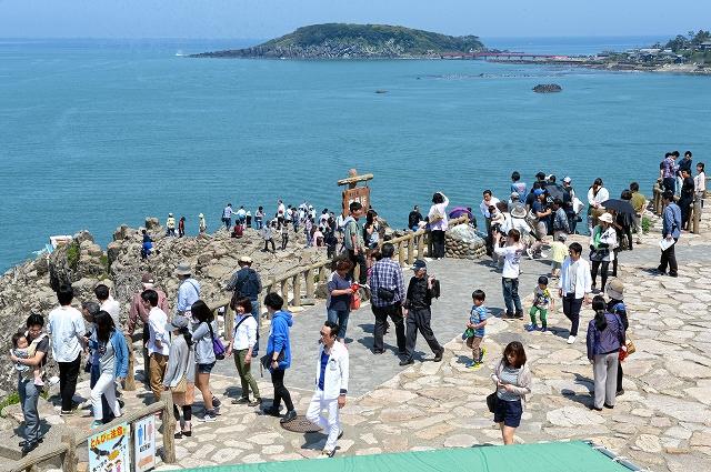 ゴールデンウィーク後半の5連休が始まり、多くの観光客でにぎわう東尋坊=2日、福井県坂井市三国町