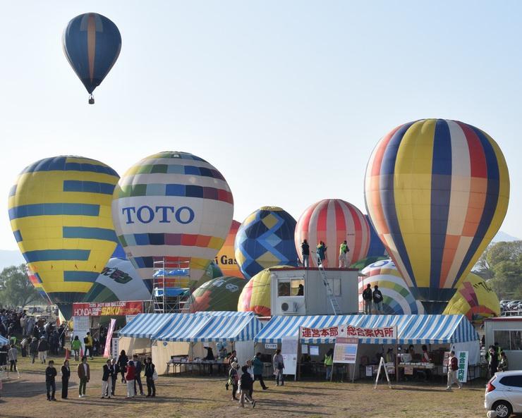 飛び始める色とりどりの熱気球