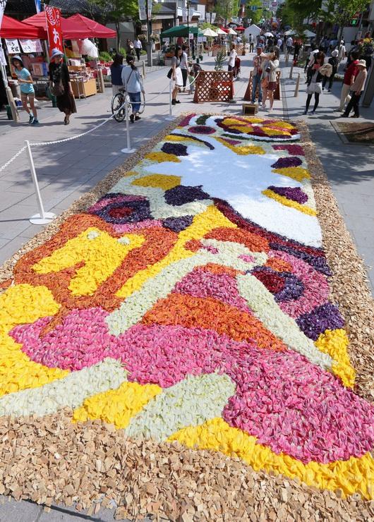 長野市の中央通りを彩る善光寺花回廊の「花キャンバス」=2日