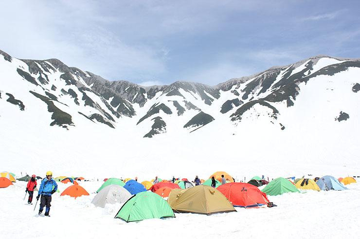 雄大な峰々に囲まれひしめき合うように並んだテント=雷鳥沢キャンプ場