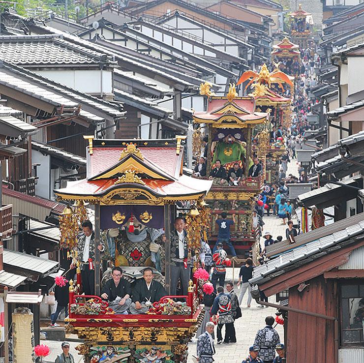 坂の町を練る豪華な曳山=富山市八尾町諏訪町