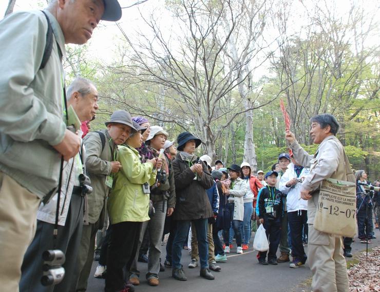 林さん(右手前)の説明に耳を傾ける参加者