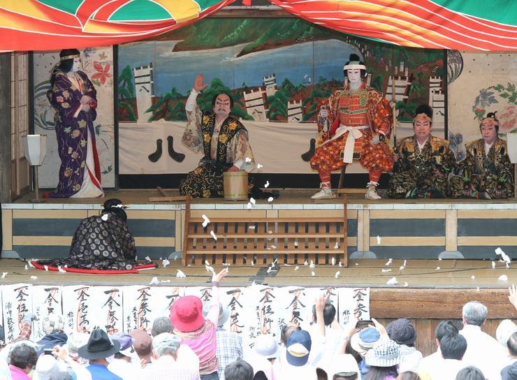 客席から多くのおひねりが投げ込まれた「大鹿歌舞伎」の春の定期公演=3日午後、大鹿村大河原の大磧神社