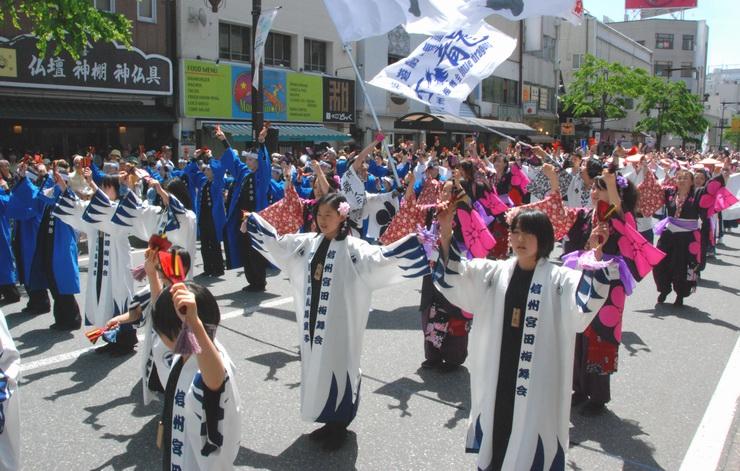 歩行者天国の中央通りで踊る参加者たち