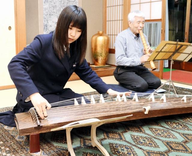 コンサートでの共演に向け、一緒に練習する佐々木さん(右)と孫の師田さん=越前市の佐々木さん宅