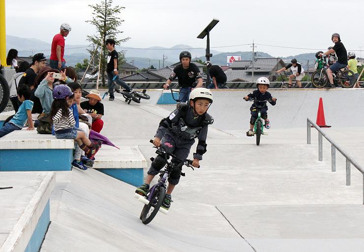 親子で共演したファミリークラス=富山市のNIXSスポーツアカデミー