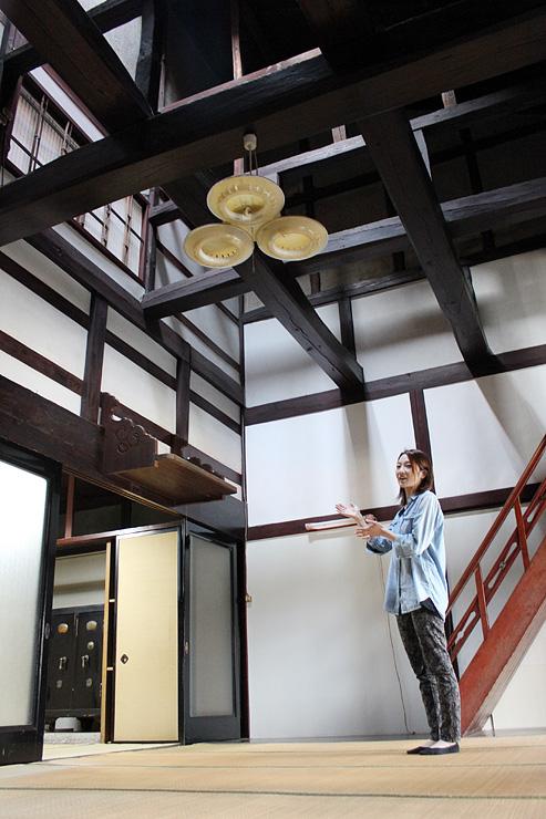 伝統的な町家の吹き抜け空間を利用してカフェを開く早川さん=高岡市金屋本町