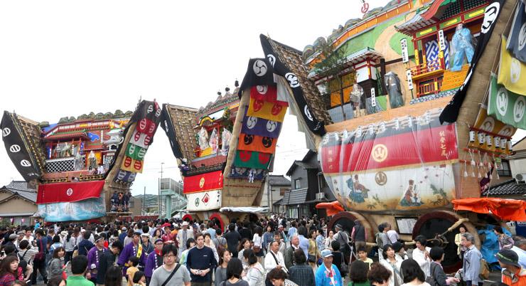3台が勢ぞろいしたでか山=4日午後0時半、七尾市山王町の大地主神社