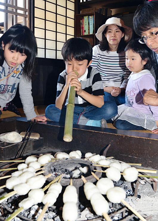 いろりで五平餅を焼く子どもら=飯島町