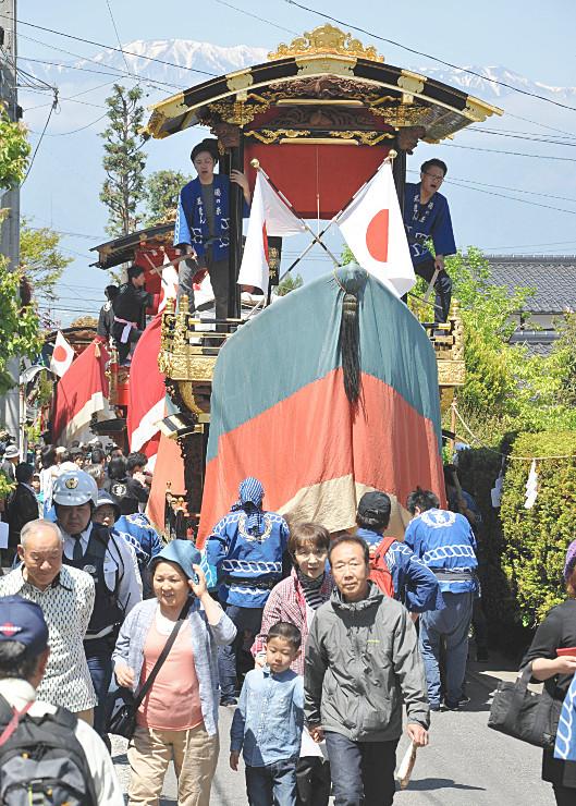 青空の下、氏子らの掛け声に合わせて須々岐水神社の参道を進む「お船」