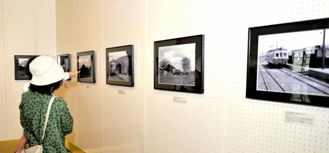 今は見られない風景がよみがえる鉄道写真展=30日、福井市の県立歴史博物館