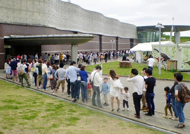 福井県立恐竜博物館入館へ長蛇の列を作る家族連れら=3日、福井県勝山市(同館提供)