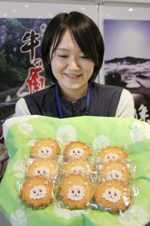 アルパカがほほ笑んでいるように見える包装デザインのクッキー=長岡市