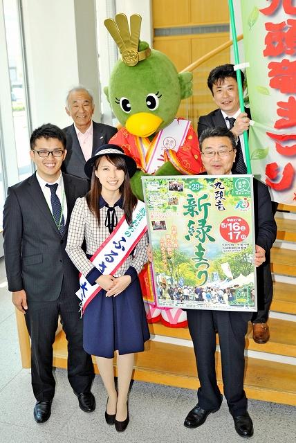 九頭竜新緑まつりをPRする宣伝隊=8日、福井新聞社