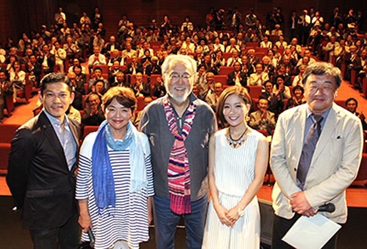 上映前に観客と記念撮影する(左から)松崎謙二さん、藤田弓子さん、仲代達矢さん、森恵さん、稲塚秀孝監督=南砺市城端伝統芸能会館じょうはな座