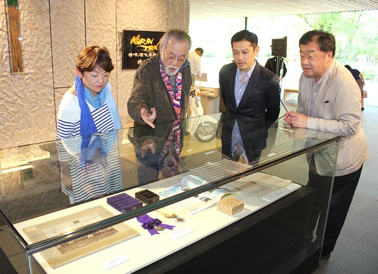 権次郎さんの直筆原稿などを眺める(左から)藤田さん、仲代さん、松崎さん、稲塚監督=高志の国文学館