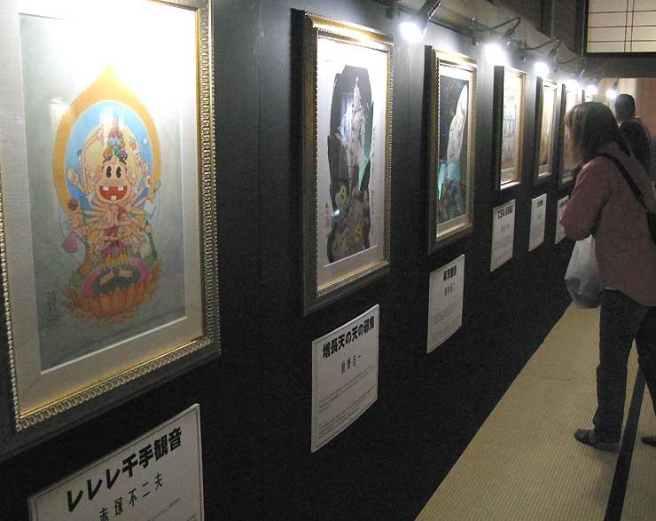 故赤塚不二夫さんの弟子による「レレレ千手観音」(手前)などユニークな仏画が並ぶ会場