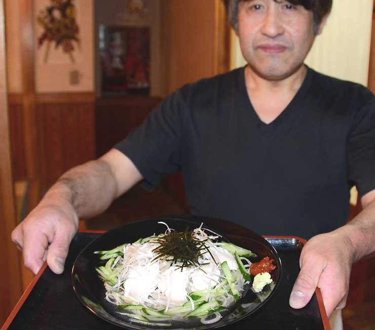 「いたこ庵」で提供する「地鶏そば真田丸」と中谷さん