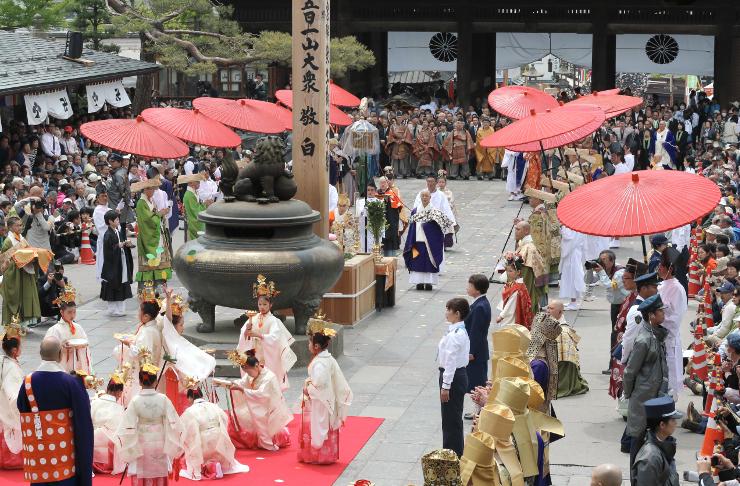 礼讃舞(手前左)が披露され、本堂前で華やかに行われた浄土宗の中日庭儀大法要=9日午前11時9分、長野市の善光寺