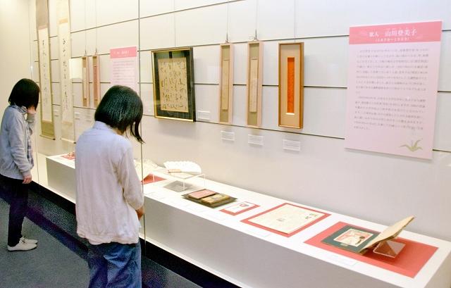 福井ゆかりの詩人、俳人、歌人の直筆資料などが並ぶ企画展「風のうた」=福井市の福井県ふるさと文学館