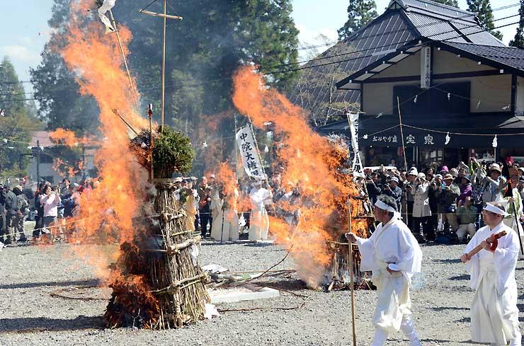 赤々と燃える柱松の周りを神主や修験者が練り歩いた柱松神事