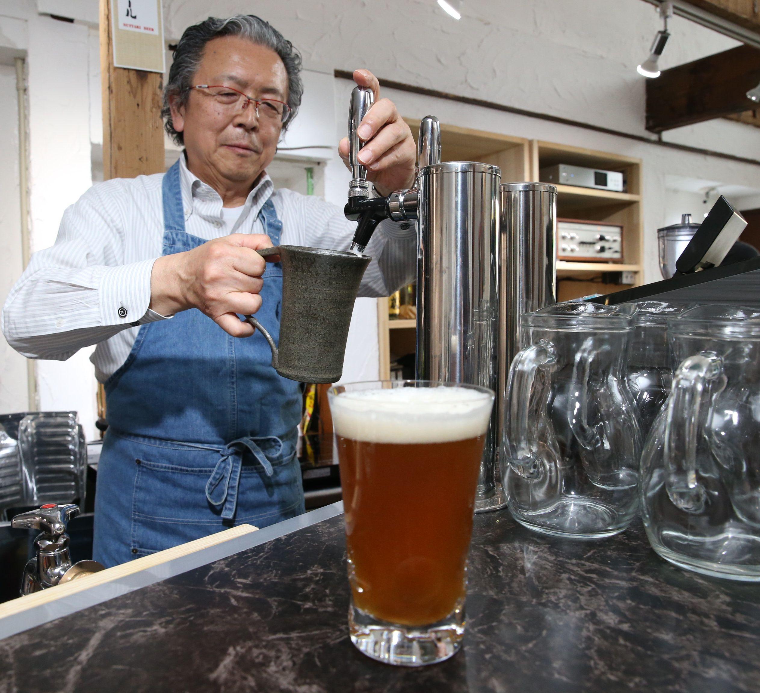 ろ過をしないため、うっすらと濁りがある沼垂ビール。深いこくが特徴だ=新潟市中央区