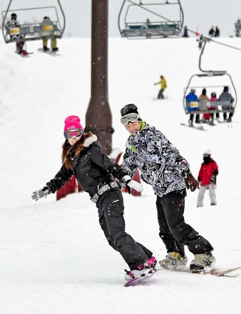 滑りを楽しむスノーボーダーら=1月12日、勝山市のスキージャム勝山