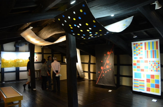 若手職人による大紙の作品が並ぶ「×和紙 KAKERU WASHI」展=福井県越前市新在家町の卯立の工芸館