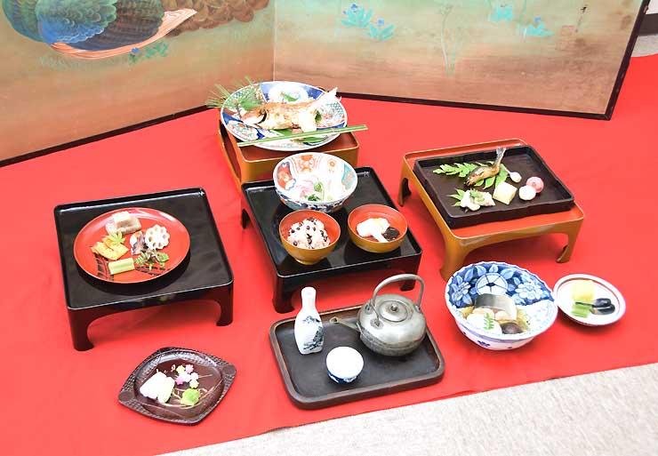 再現された江戸時代の「饗応膳」。ブリやタイといった日本海産の魚のほか、ウグイなど地元の食材も並ぶ