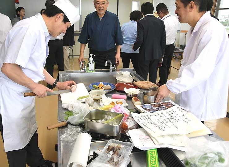 江戸時代の記録を基に、当時の料理を再現する安曇野調理師会の調理師ら