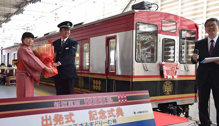 愛称を募集しているラッピング車両「6000系」=3月、別所線上田駅