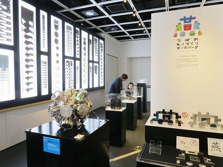 燕市の企業の加工技術をPRするため始まった「モノづくりテーマパーク」の展示=13日、燕市