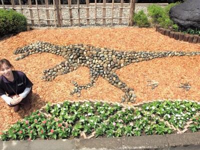 石の恐竜 花壇に出現 勝山・温泉施設