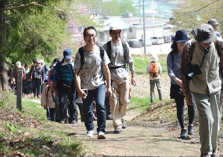 昔の風情が残る村内の小道を約4千人が歩いた3日の「塩の道祭り」。ツアーではほぼ同じ行程をたどる