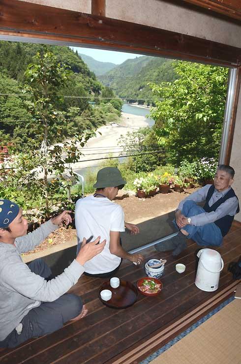 天竜川を望み、中井侍駅に隣接する江崎さん(右端)の家の離れ。「緑茶カフェ」として開店を予定している