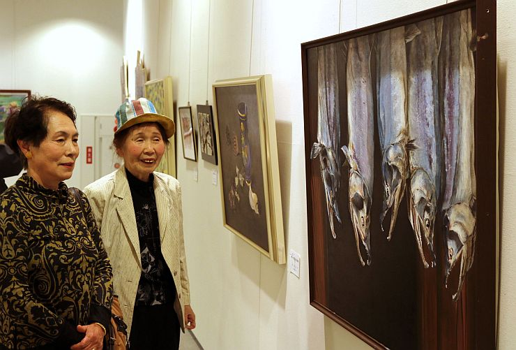 多彩な表現の作品が展示されている新潟アンデパンダン展=14日、新潟市中央区