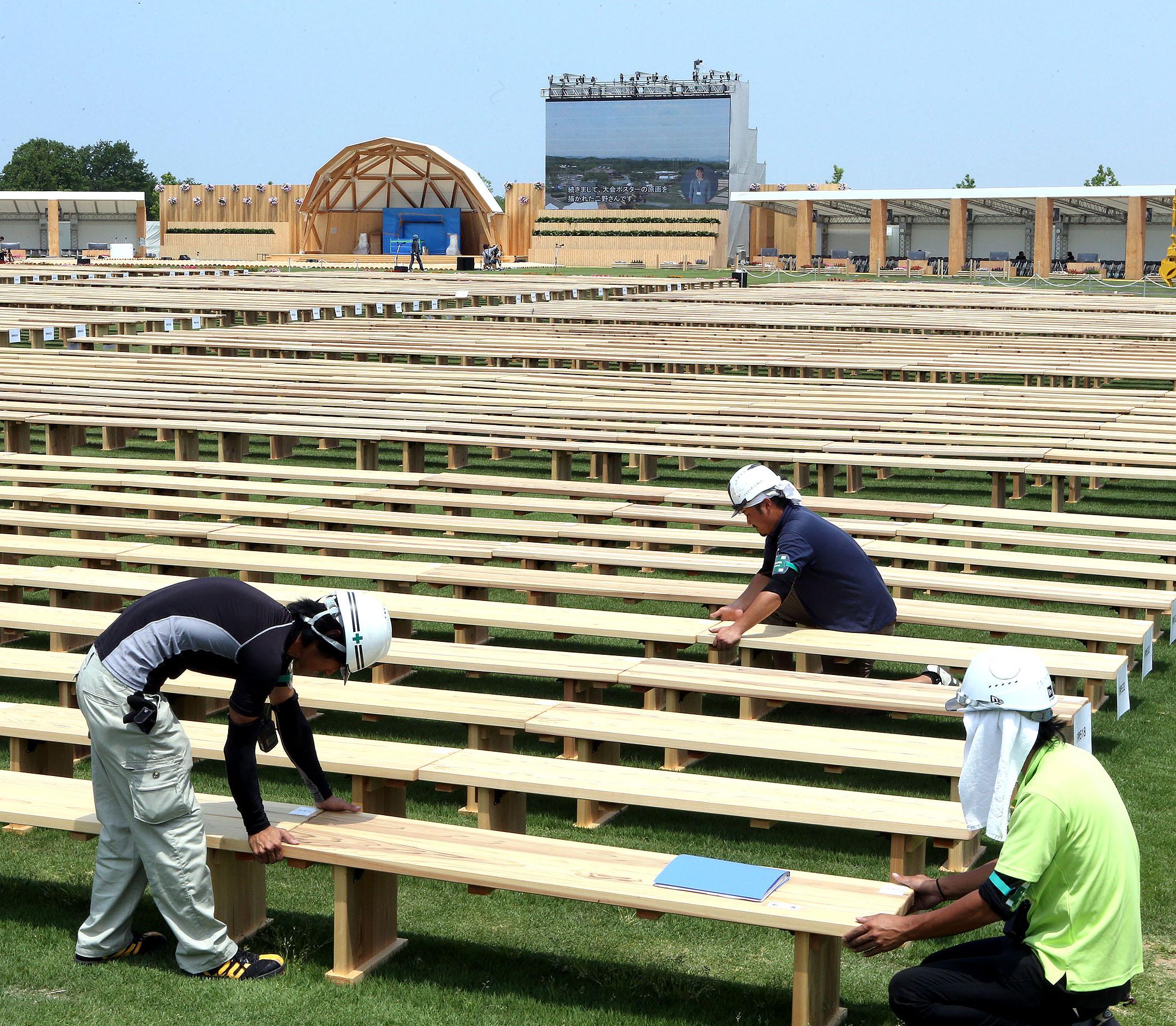 本番に向けて準備がほぼ完了した全国植樹祭の主会場=15日午前11時50分、小松市の木場潟公園