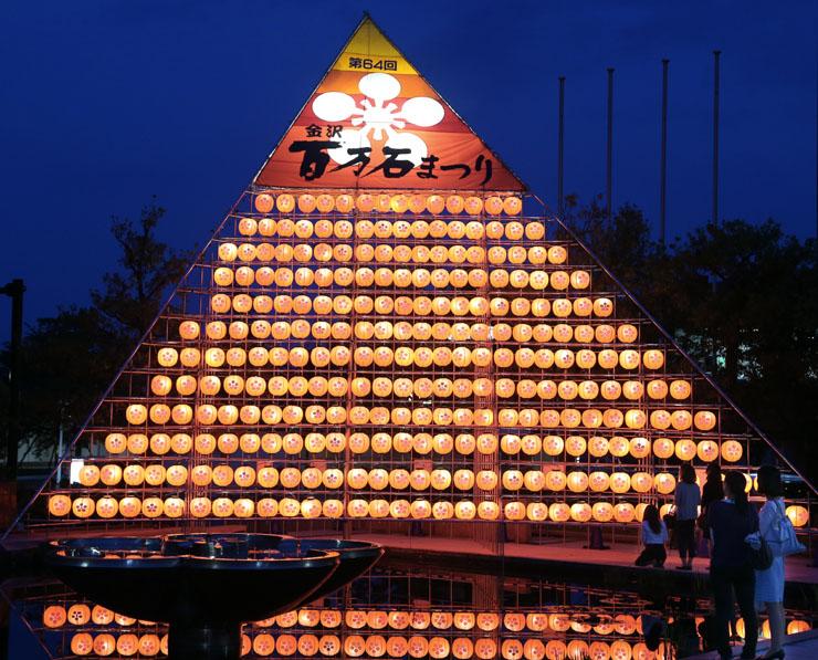 点灯されたシンボルタワーの提灯=金沢市役所前広場