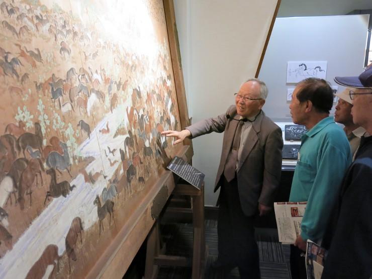 仲仙寺に1862(文久2)年に奉納された絵馬を前に説明する伊藤さん