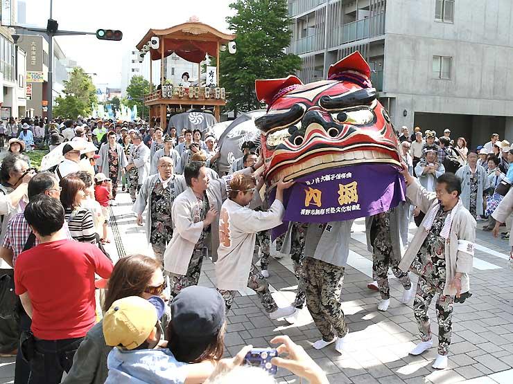 長野市の中央通りを練り歩く篠ノ井の内堀区の大獅子