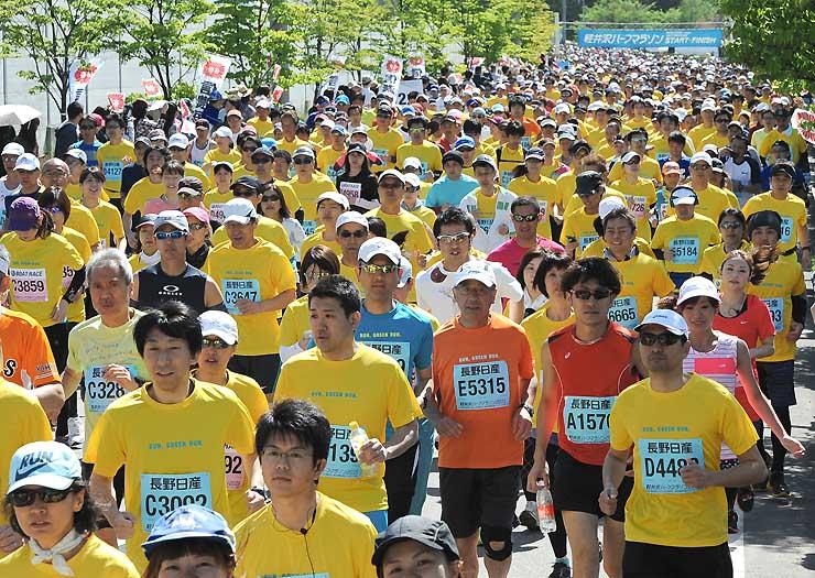 新緑の中を約5800人が駆け抜けた軽井沢ハーフマラソン2015=17日午前9時3分、軽井沢町